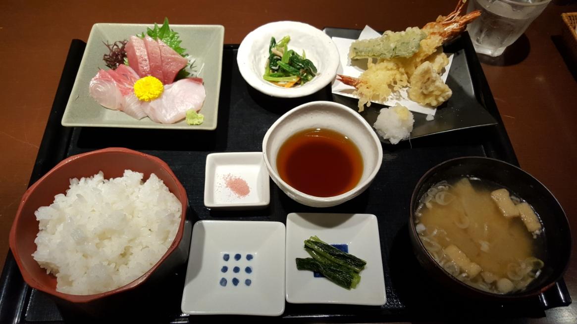 私が注文したのは、和食定食1,200円也、「えっ、これで1,200円ですか!?」と驚きの価格です。 勿論味も美味しく、普通にこれと同じものを東京で食べようものなら2,000円は超えてきますよね! このお店は、予算(1名)を2,000円も見て頂ければ結構な贅沢が出来る価格設定になっており、観光地だからといってボッタクリ価格には設定されておりません。 なので、大食漢の私はもう一品食べてみる事にしてみます。